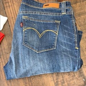 Demi curve Levi jeans